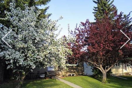 Beautiful and Bright Two Bedroom Suite - Calgary - Bungalov