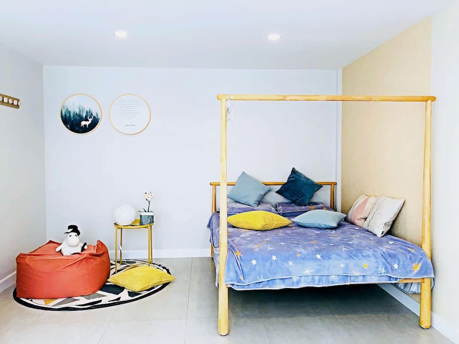 """This is the room""""Autumn"""" of 42 sq M and queen size bed with Latex Mattress Bed and 49 inch LED TV set. Autumn房间面积42平米,配有1.5m双人床,健康舒适的乳胶枕及乳胶床垫。房间内配有49寸的电视机,可看中文网络电视。有独立卫生间。"""