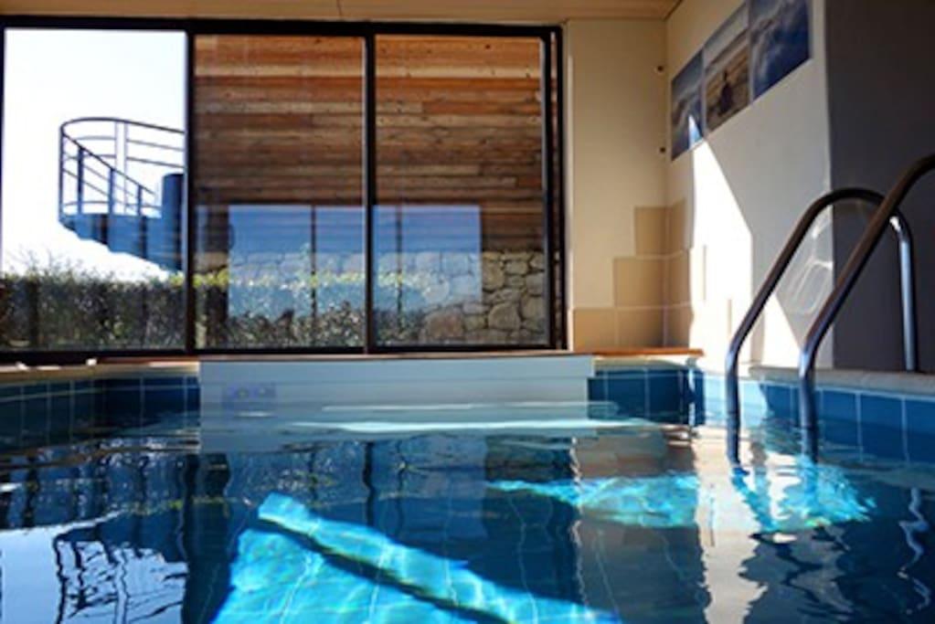 piscine chauffée  30 ° et son jacuzzi