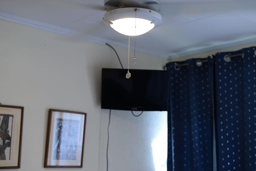 Una de las habitaciones disponibles cuenta con televisión por cable y conexión a Netflix.