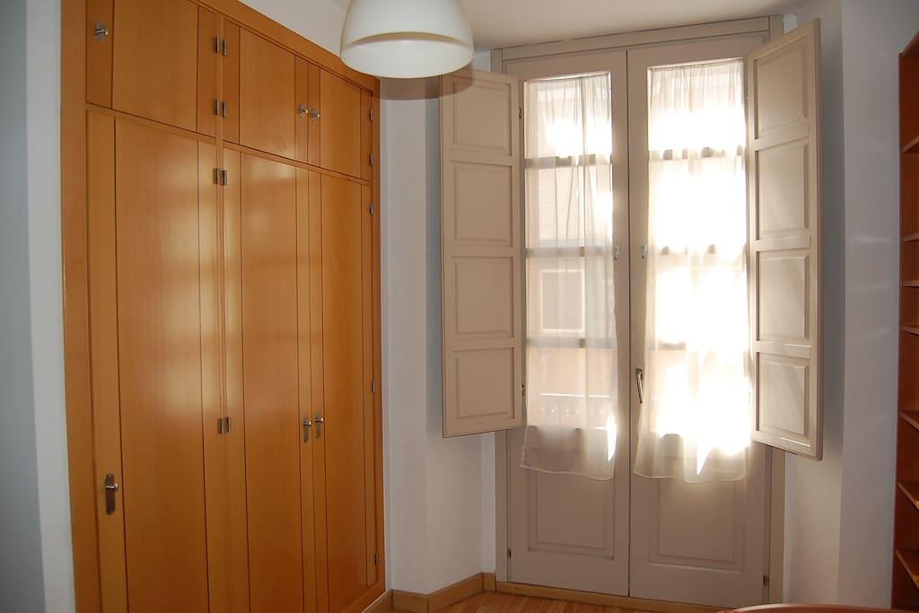 Detalle dormitorio. Muy luminoso.