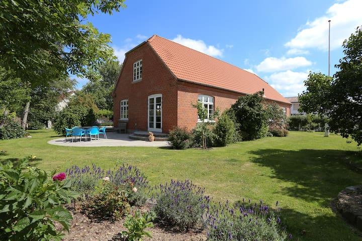 Charmerende hus og skøn have