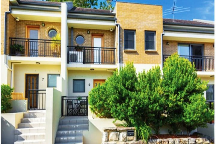 Modern Townhouse close to everything (Sydney CBD) - Drummoyne - Huis