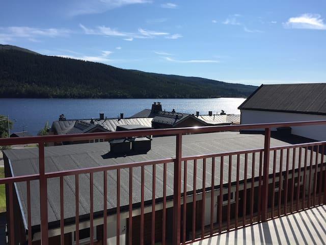 Utsikt från balkongen över Åre sjön, lägenheten är på gågatan med alla småaffärer och ca 100 meter från Åre Torg och Bergbanan/skidliften. Balkong 15 kvm med bord och stolar.