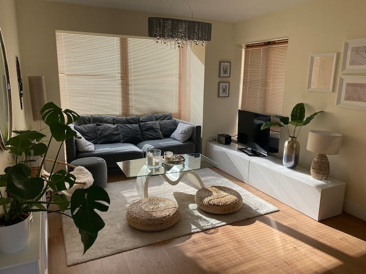 Cosy one bedroom apartment with free parking