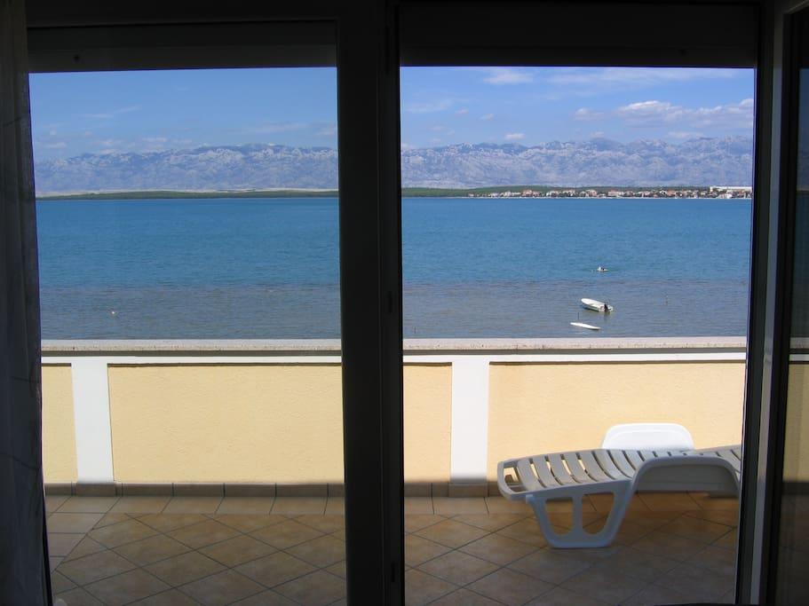 Vue sur la mer depuis l'intérieur de l'appartement