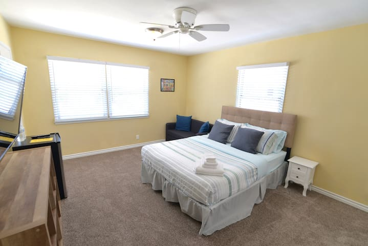 [Spacious & Modern Master Bedroom Close to Disney]