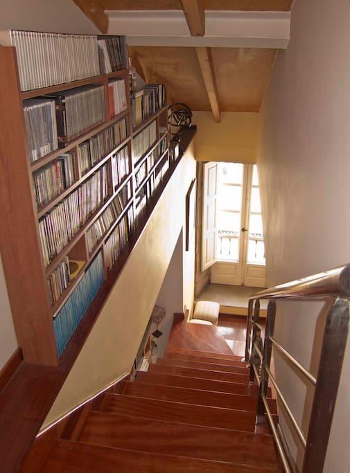 escaleras y ventanal