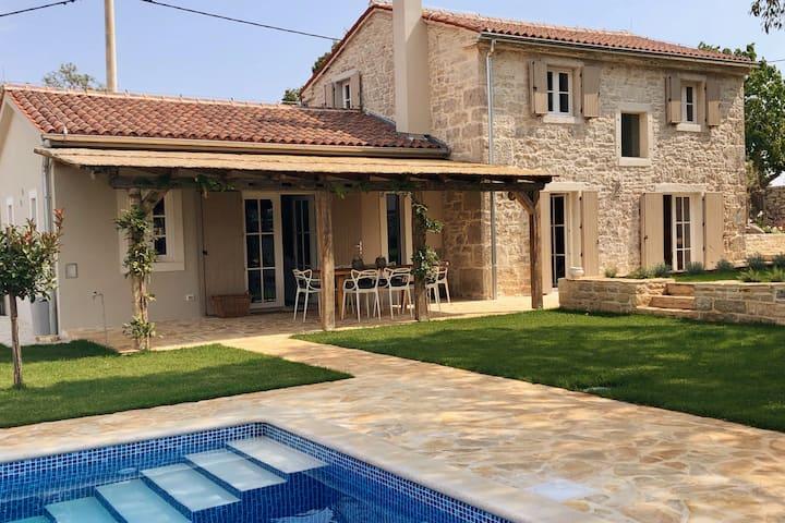 Renovated stunning Stonevilla with pool