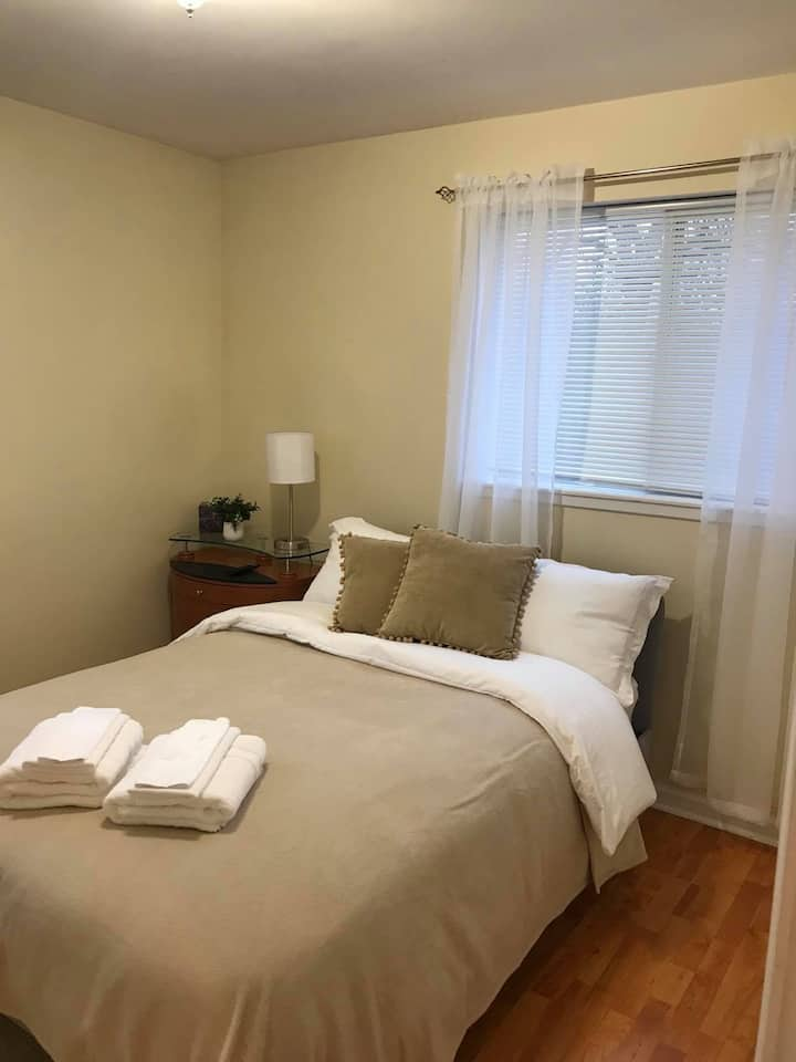 Beautiful Private Room close to Metra station.