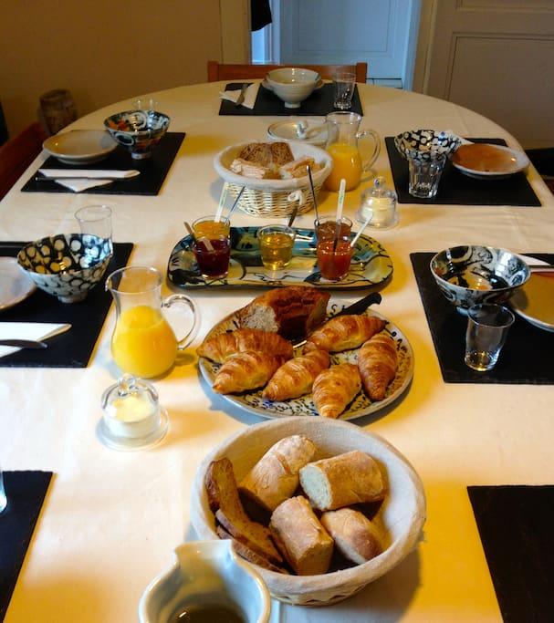 Le petit déjeuner copieux vous attend dans notre salle a manger.