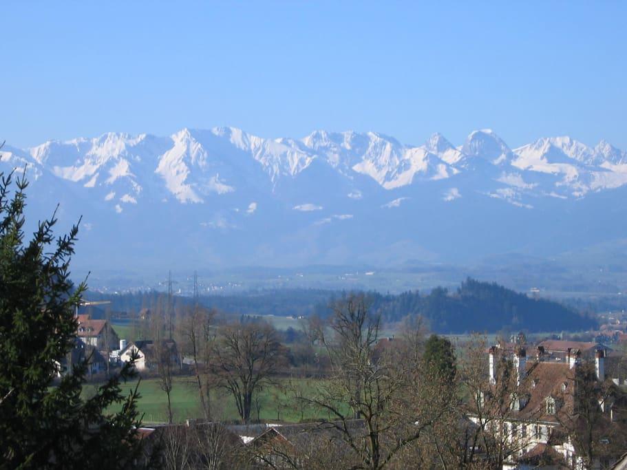 Sicht auf die Berneralpen und Schloss Oberdiessbach