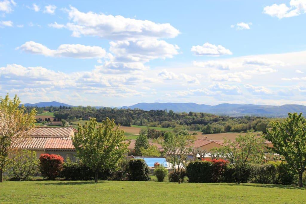 Vue depuis le salon sur la vallée du Rhône et les montagnes ardéchoises