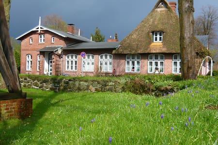 Denkmalgeschützte Alte Dorfschule - Quarnbek - House