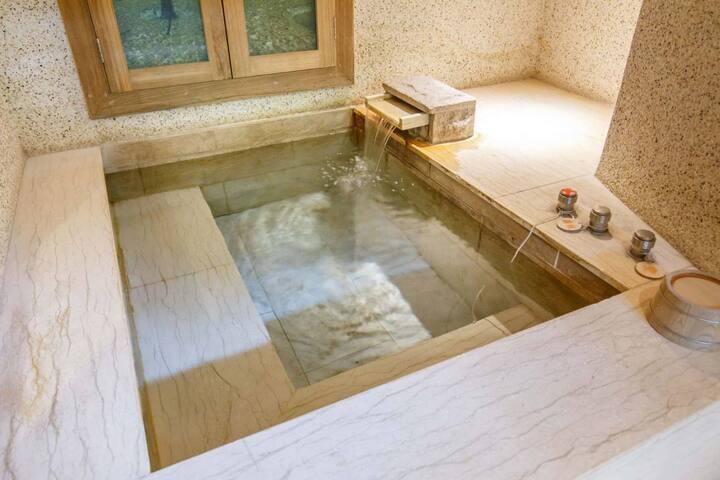 套房裡的室內溫泉 Private indoor Hot spring.