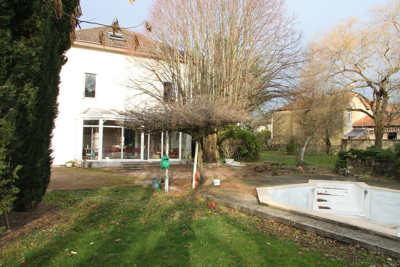 La piscine (en hivernage) et la véranda côté jardin