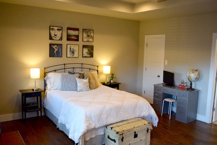Sunny suite w/ private entrance & parking!