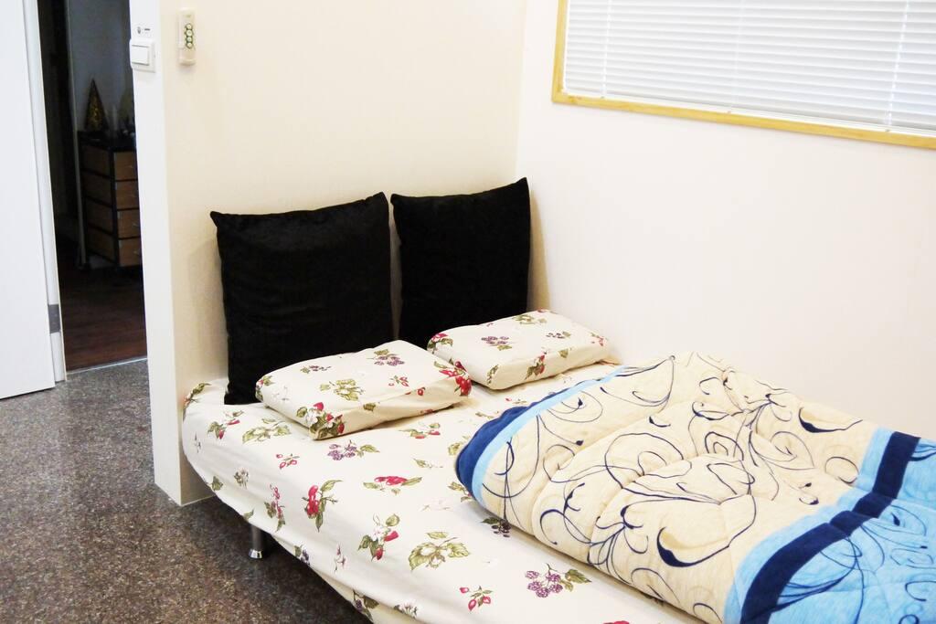 沙發雙人床(有窗)Double sofa bed