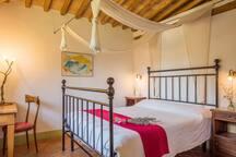Laurus: First floor queen bedroom with en-suite bathroom with tub