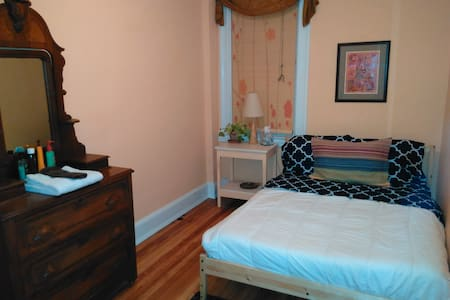 Clean and Cheerful Room in Historic Woodberry - House