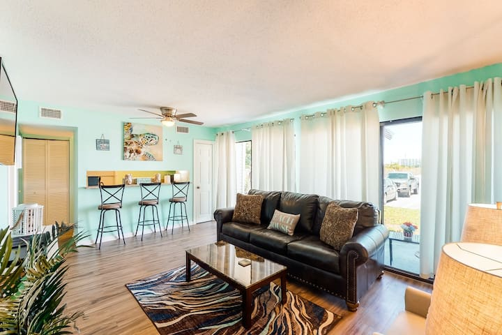 New listing! Bright condo near the beach, local attractions, and restaurants!