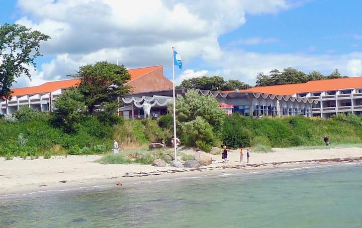Hyggelig indrettet ferielejlighed -  kik til havet