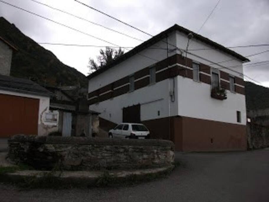 Aspecto general de la casa y vista que se encuentra a la entrada del pueblo desde la carretera de Villablino
