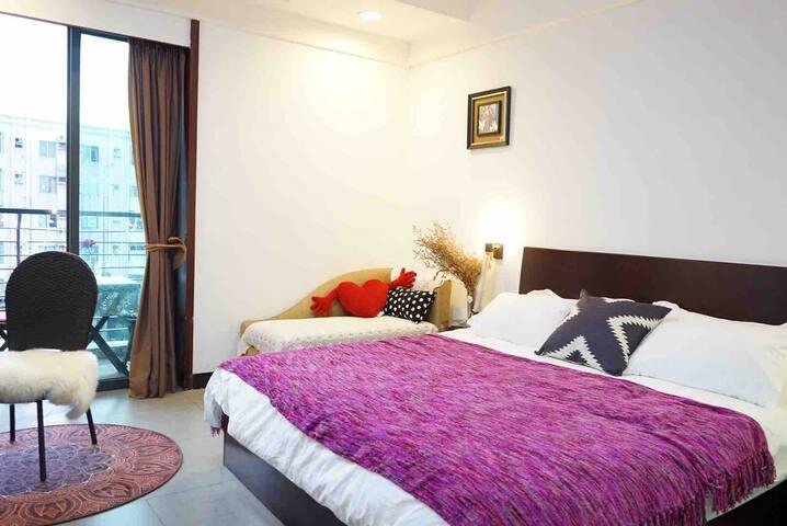 1.8m双人大床&贵妃沙发 适合两人居住 最多可容纳3-4人