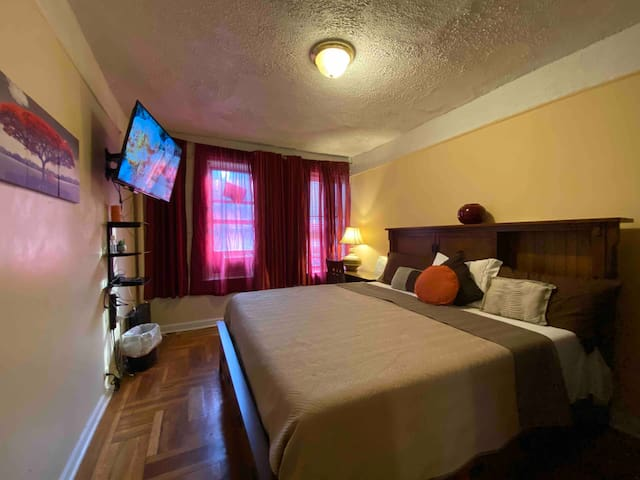 Wonderful sunny private room with large comfortable king size bed and wide curtains.  Enjoy the Smart TV setup and enjoy your favorite apps like Netflix, HBOMax, Hulu, Disney+, ESPN+, PlutoTv, and more!