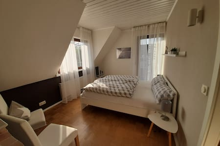 Helles, modernes Zimmer in attraktiver Lage