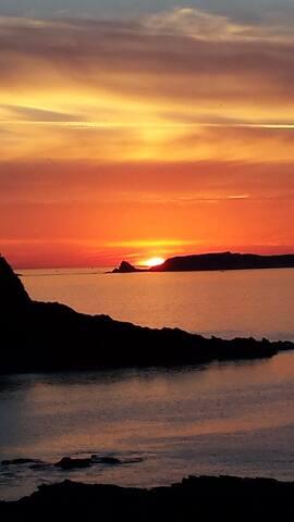 Jouissez de ce moment parfait ou l'astre de feu prend contact avec le liquide et ou  l'esprit Breton resurgit.