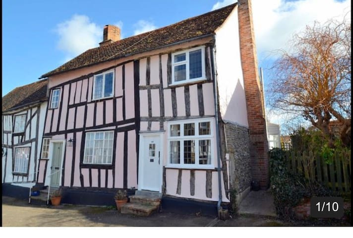 Stunning appointed Medieval Cottage- 1 dog allowed