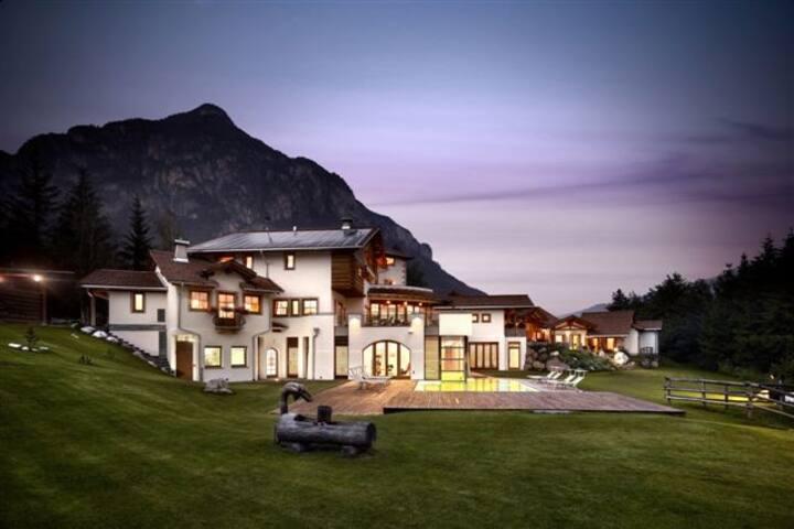 Una casa nel verde delle Dolomiti