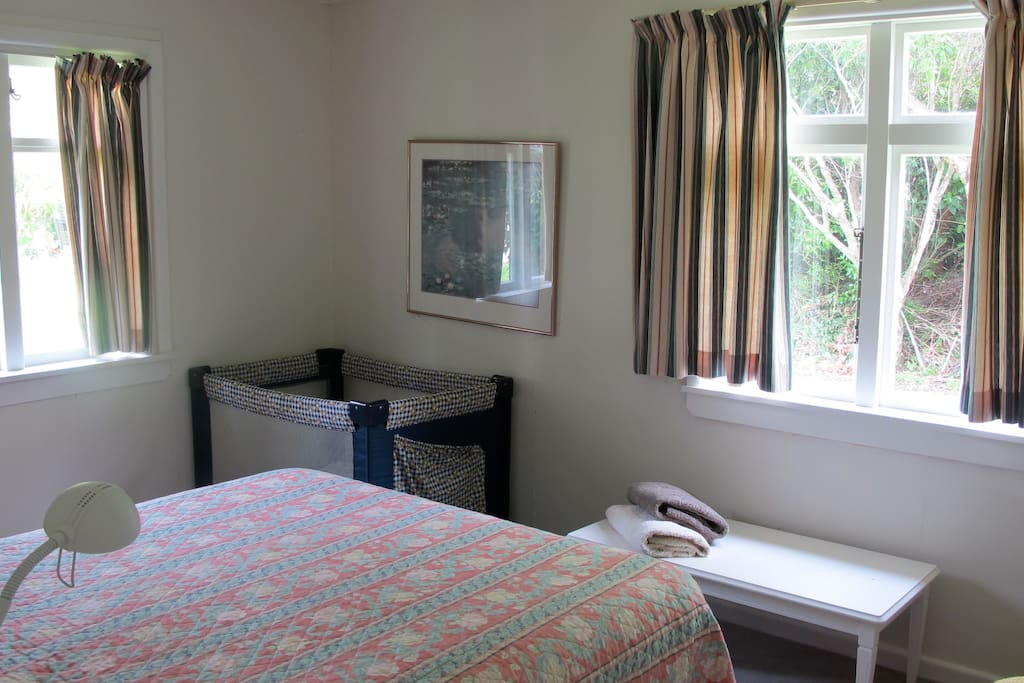 Second Double Bedroom with baby cot available - mountain view