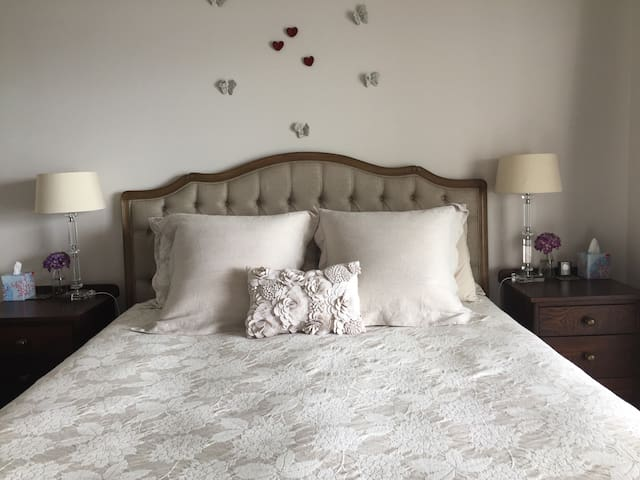 Comfortable king size bed, lovely bedlinen and choice of pillows.