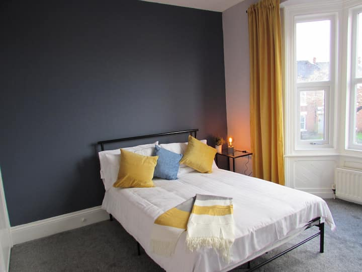 HEATON BEAUTIFUL 3 BED SERVICED APARTMENT  SLEEP 8