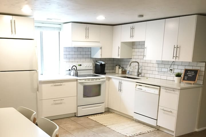 2 Bedroom Home, Close to Canyons and Downtown!