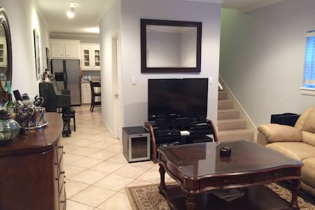 2 Bedroom apt, Backyard, BBQ Grill, 4 min to beach