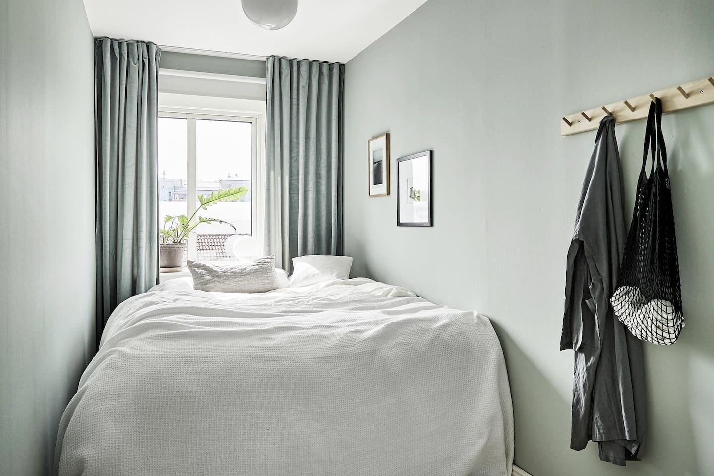 Bedroom with Queen size bed - Perfect for two!