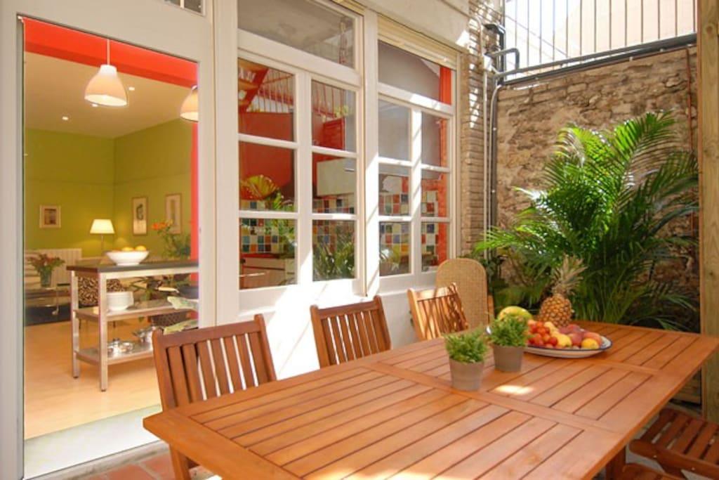 30 m2 de jardín privado con mobiliario de madera