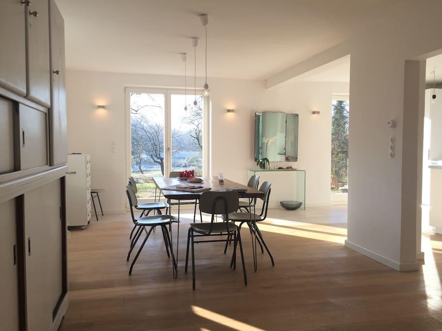 Offener Wohnraum mit Küche und Kamin