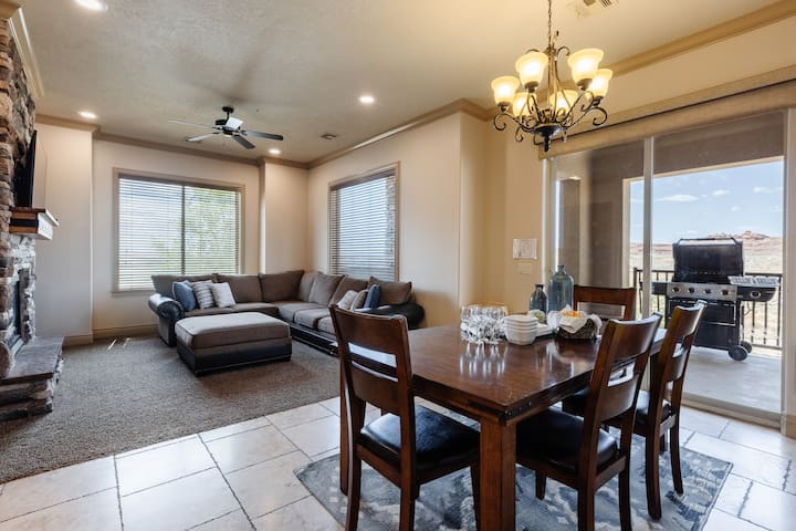H4 Coral Springs, sleeps 8 guests, 3bd and 2 baths with an outdoor fireplace