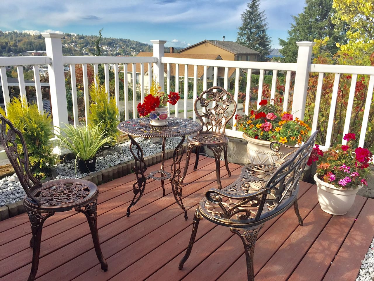 Private patio to enjoy beautiful view. Please enjoy having a breakfast, coffee, and dinner.
