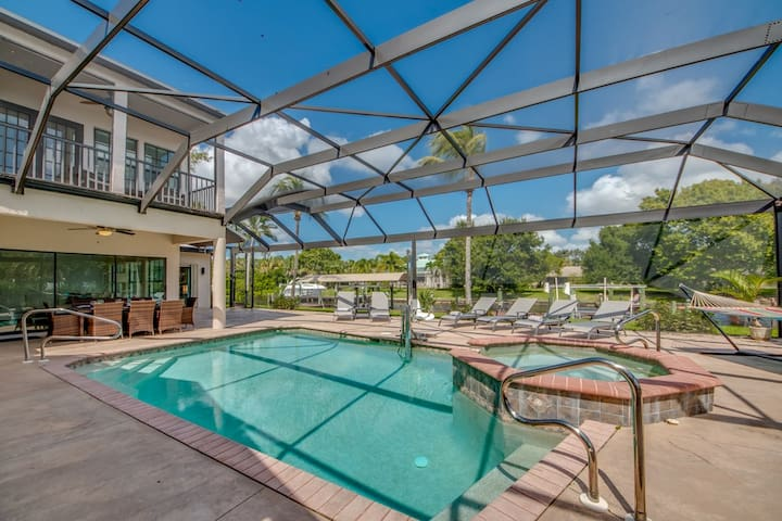 Villa Whitecap huge & on water, heated pool, spa