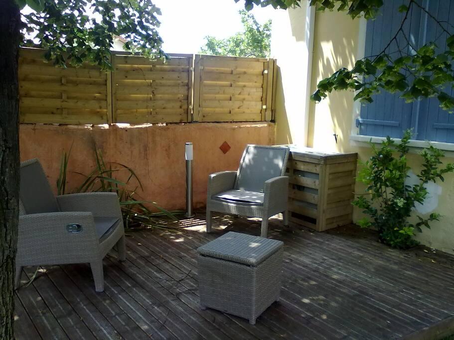 Le coin de terrasse dans le jardin