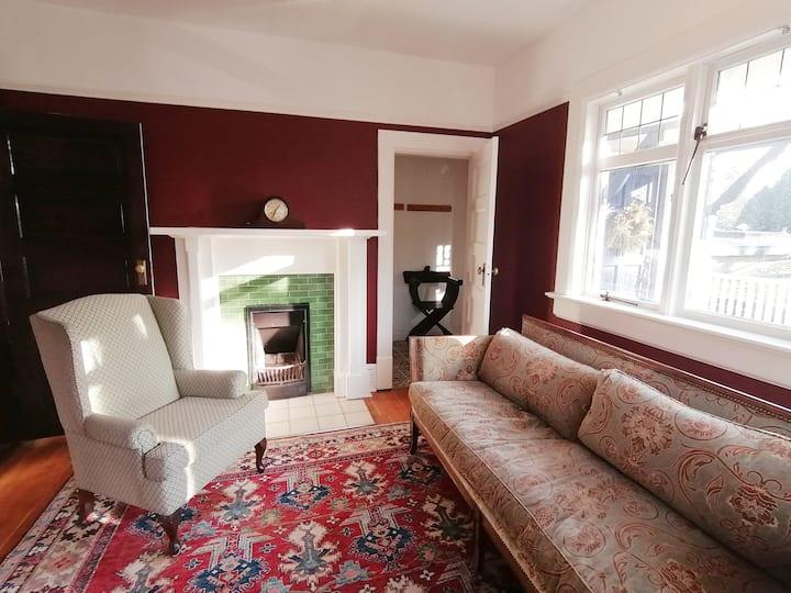 Charming Oak Bay Village Guest Suite