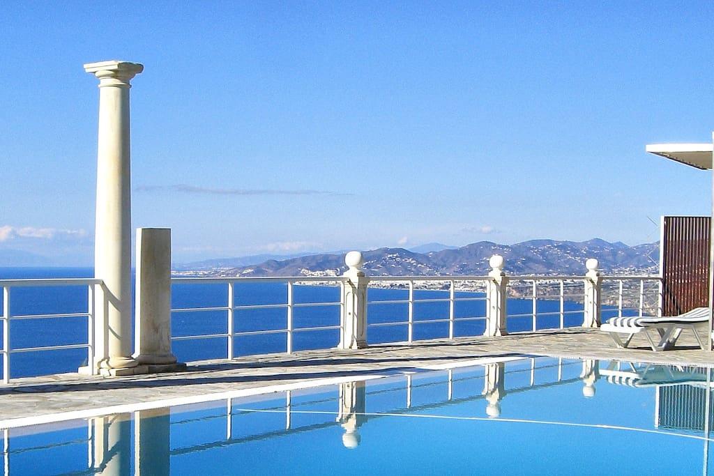 Ein großer Panorama-Pool mit überwältigendem Ausblick