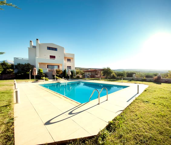 luxurious villa with private pool! - Skouloufia - Huis