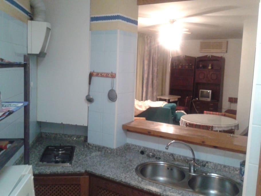 La cocina está equipada y separada del salón con una práctica barra bar.