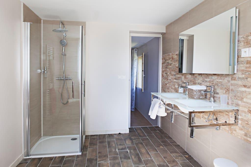 grande salle de bains et wc privatifs pour la chambre de la pergola.